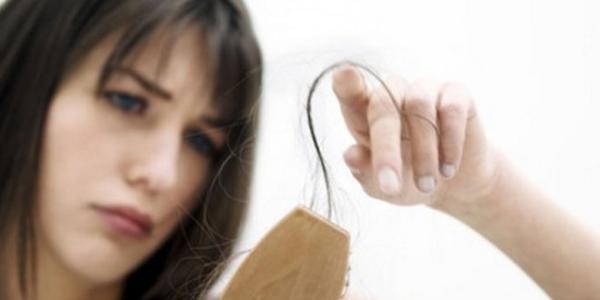 美女掉头发可能与减肥烫发有关